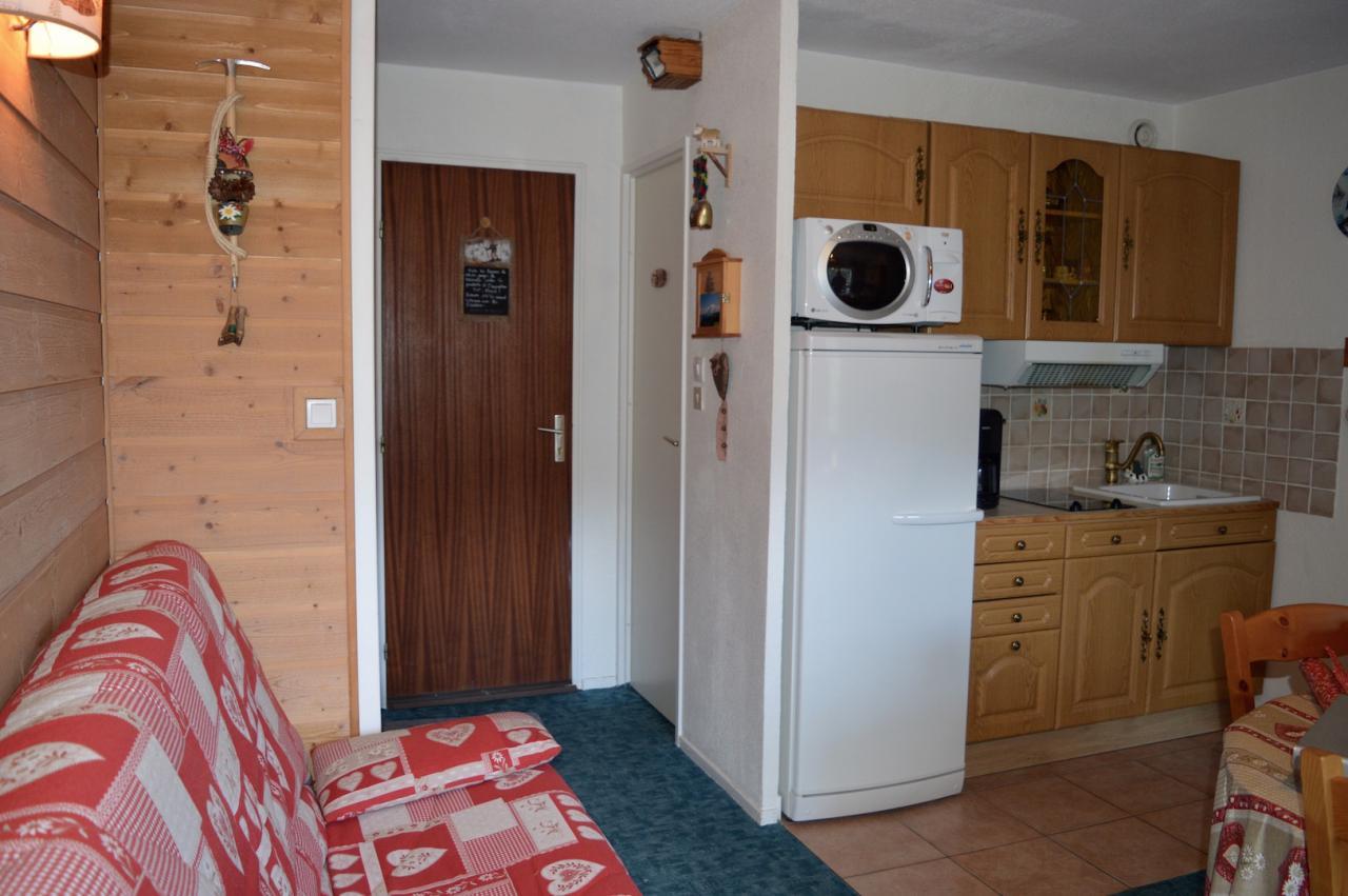 vue porte d'entrée et toilettes séparés