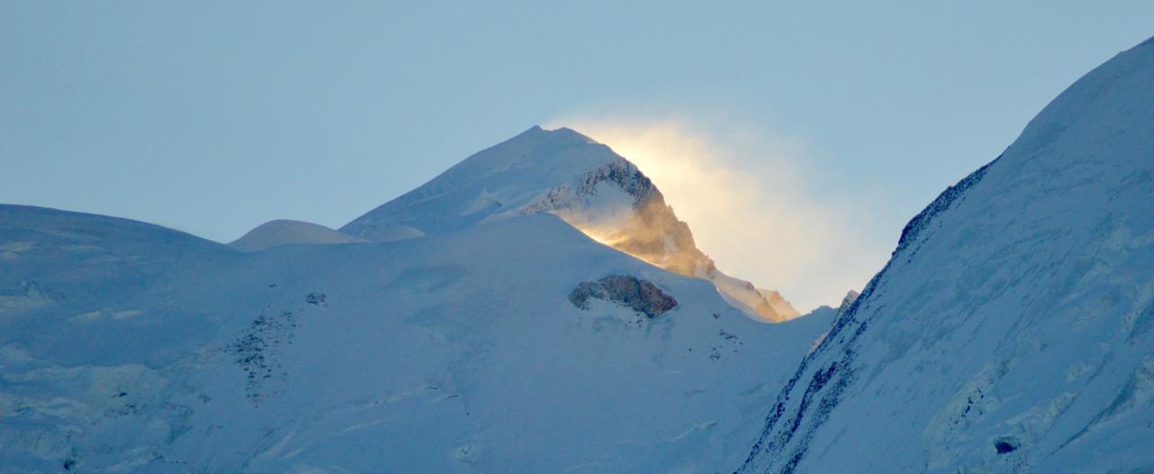Le sommet du Mont-Blanc à l'aube